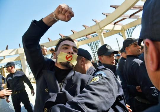 policier-algerien-saisit-manifestationd-rassemblement-journalistes-contre-censure-28-fevrier-2019-Alger_0_729_515